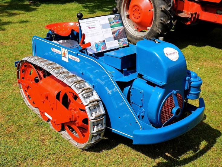 Compact tracked tractor