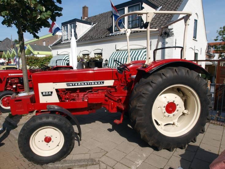 Tractor Photos International 824 Tractor