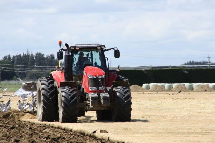 Massey-Ferguson 7624 Ploughing in New-Zealand