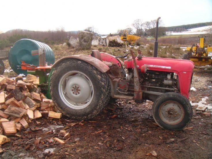 Massey Ferguson MF35X with log splitter