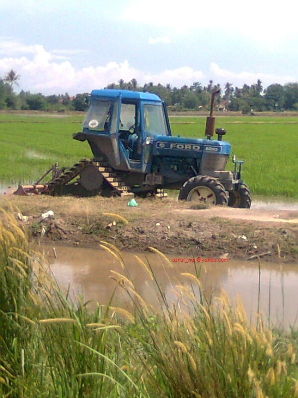Tracked Ford 8210